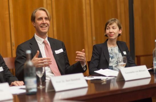 Moderator BDIA Bundesgeschäftsführer Constantin von Mirbach und BDIA Innenarchitektin Sophie Green, Brüssel. Foto: Till Budde