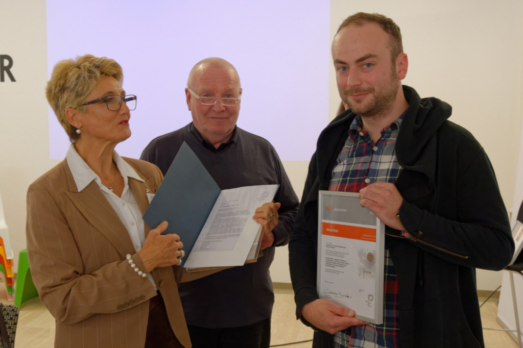 Claudia Schütz und Jürgen Bahls mit dem Preisträger Michael Biebl