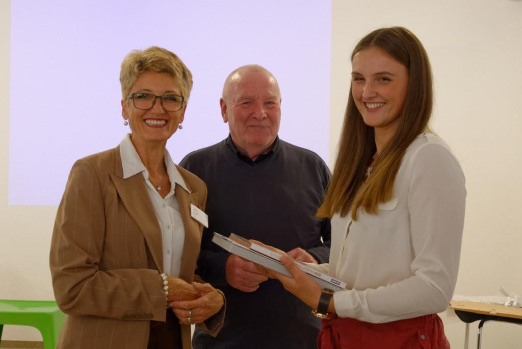 Claudia Schütz und Jürgen Bahls mit der Preisträgerin Thays Runge