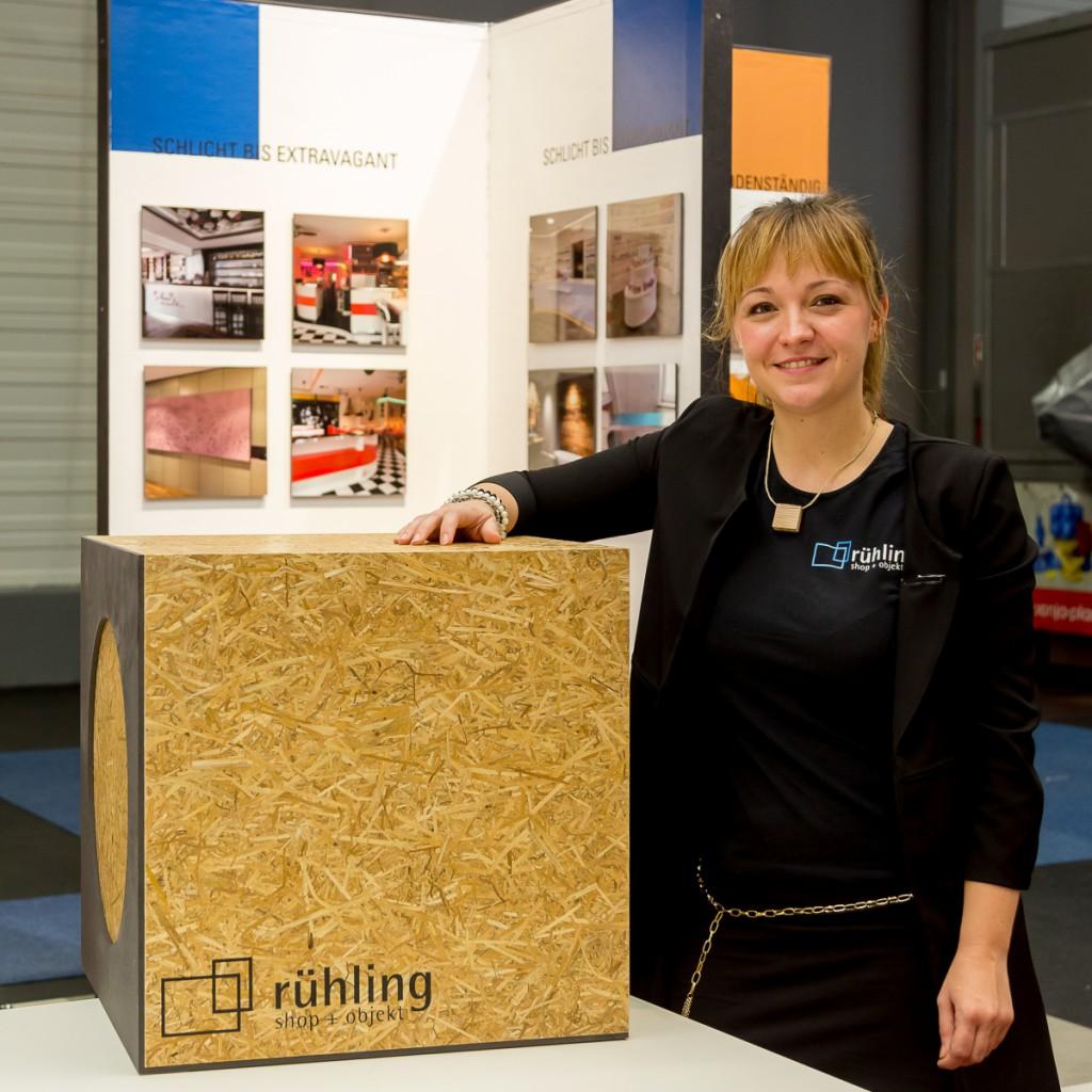 Anne Katrin Schliez-Beck vertritt die Fa. rühling shop+objekt