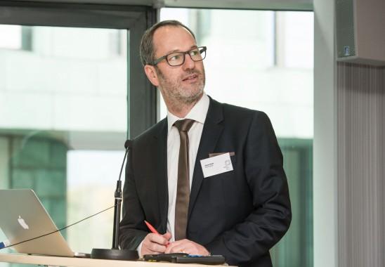Schatzmeister Johann Haidn stellt den Haushaltsbericht  vor  - Bundesmitgliederversammlung 2015 in Düsseldorf. Foto: Oliver Edelbruch
