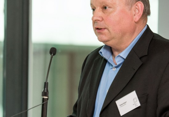 Thomas Geppert, Vorsitzender des BDIA Finanzausschuss stellt seinen Bericht  vor  - Bundesmitgliederversammlung 2015 in Düsseldorf. Foto: Oliver Edelbruch