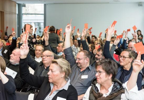 """Abstimmung zur """"Düsseldorfer Erklärung"""". Bundesmitgliederversammlung 2015. Foto: Oliver Edelbruch"""