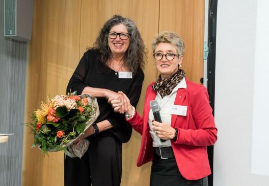 Wahlleiterin und Vizepräsidentin Claudia Schütz gratuliert Vera Schmitz zur Wiederwahl als Präsidentin des BDIA. Foto: Oliver Edelbruch
