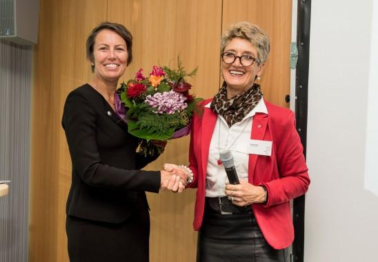 Wahlleiterin und Vizepräsidentin Claudia Schütz (re.) gratuliert Sylvia Leydecker zur Wiederwahl als Vizepräsidentin des BDIA. Foto: Oliver Edelbruch