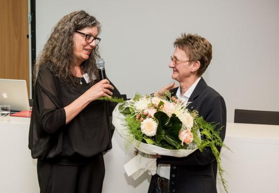 Birgit Schwarzkopf, die fast auf den Tag genau vor 32 jahren in den BDIA eintrat, wird für ihr langjähriges Engagement mit einer Ehrenmitgliedschaft und einer Laudatio von Präsidentin Vera Schmitz gewürdigt. Foto: Oliver Edelbruch