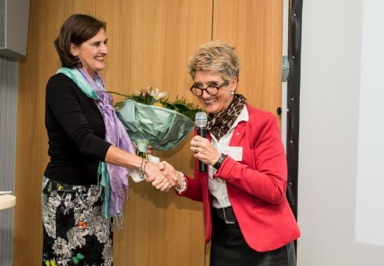 Wahlleiterin und Vizepräsidentin Claudia Schütz (re.) gratuliert Pia A. Döll  zur Wahl als neue Vizepräsidentin des BDIA. Foto: Oliver Edelbruch