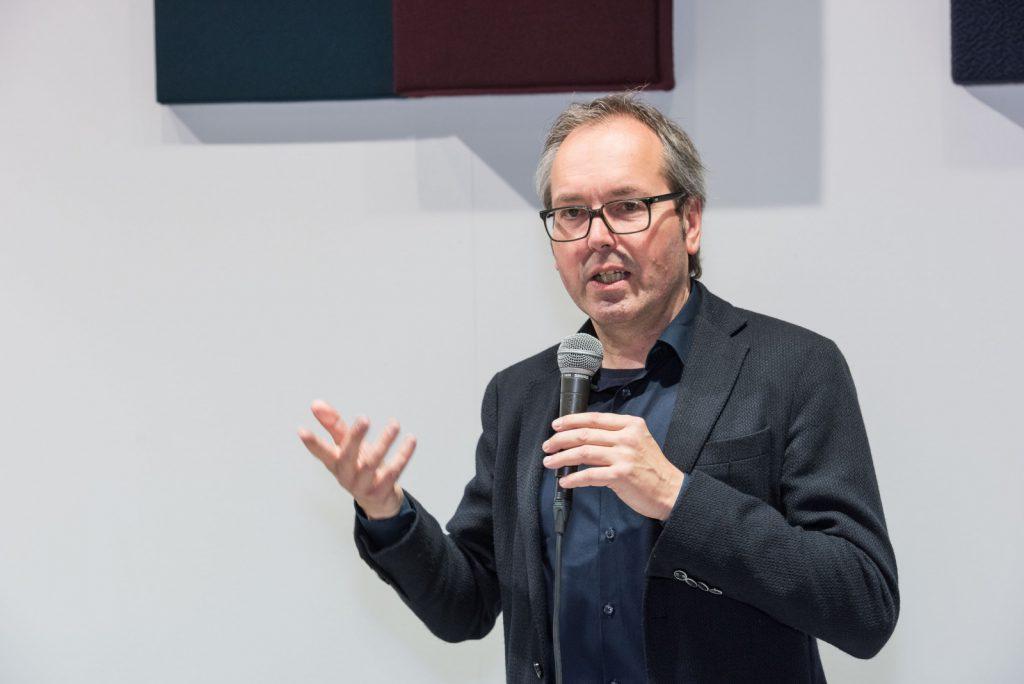 """Präsentation """"plus x"""" von Raumkontor auf dem Messestand Johanson, Orgatec 2016 durch Prof. Jens Wendland."""